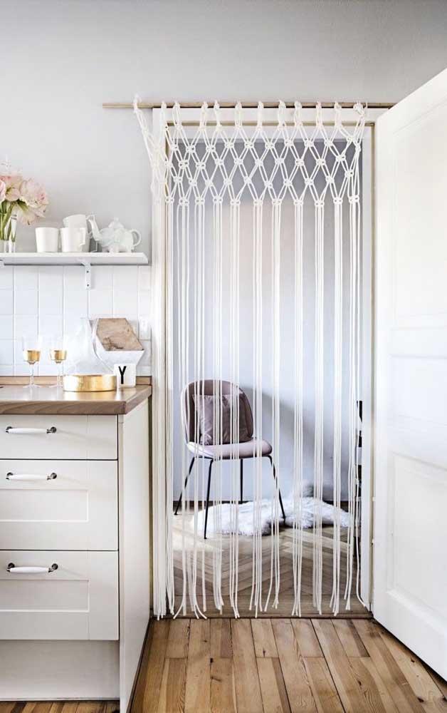 Um modelo simples, bonito e funcional de cortina de crochê entre os ambientes da casa