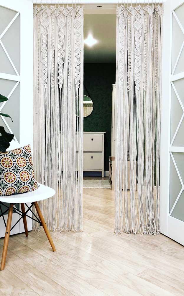 Com detalhes mais elaborados, essa cortina de crochê delimita a área interna da área externa da casa