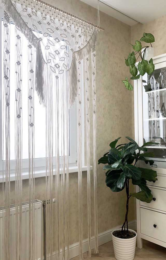 Cortina de crochê branca para sala de jantar; a cor garantiu a elegância do ambiente