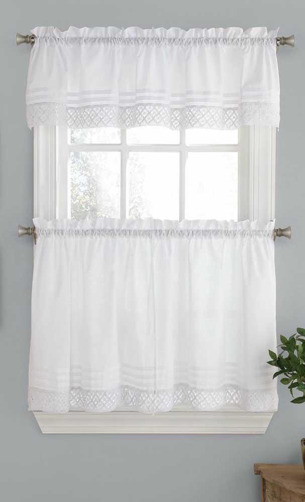 Dividida em duas partes, essa cortina pequena de tecido traz apenas o barrado feito em crochê
