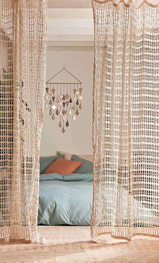 Ao invés de dossel ao redor da cama, uma cortina de crochê bem trabalhada