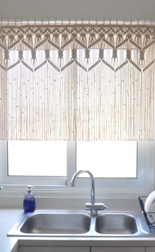Modelo mais curto de cortina de crochê para não esbarrar na pia da cozinha