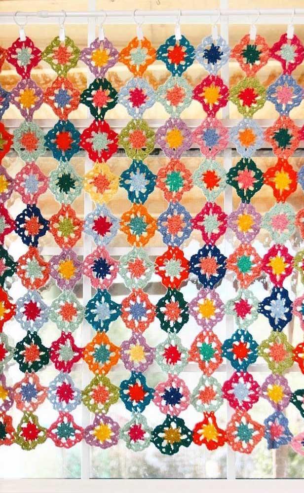 Toda colorida, essa cortina de crochê de flores é a alegria da casa