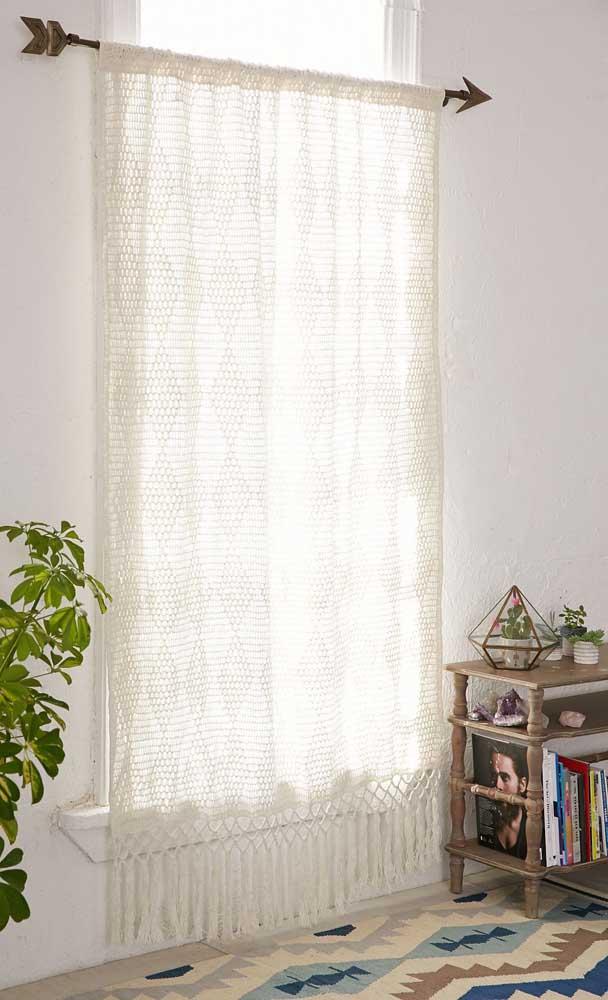Modelo simples e lindo de cortina de crochê; destaque para o varão em formato de flecha