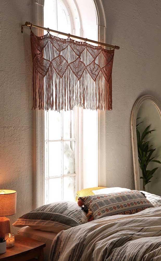 Um bandô de crochê foi suficiente para a janela desse quarto de casal