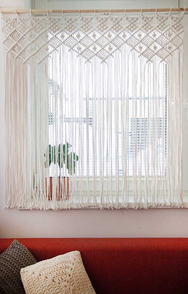 E para combinar com a cortina de crochê, almofadas de crochê