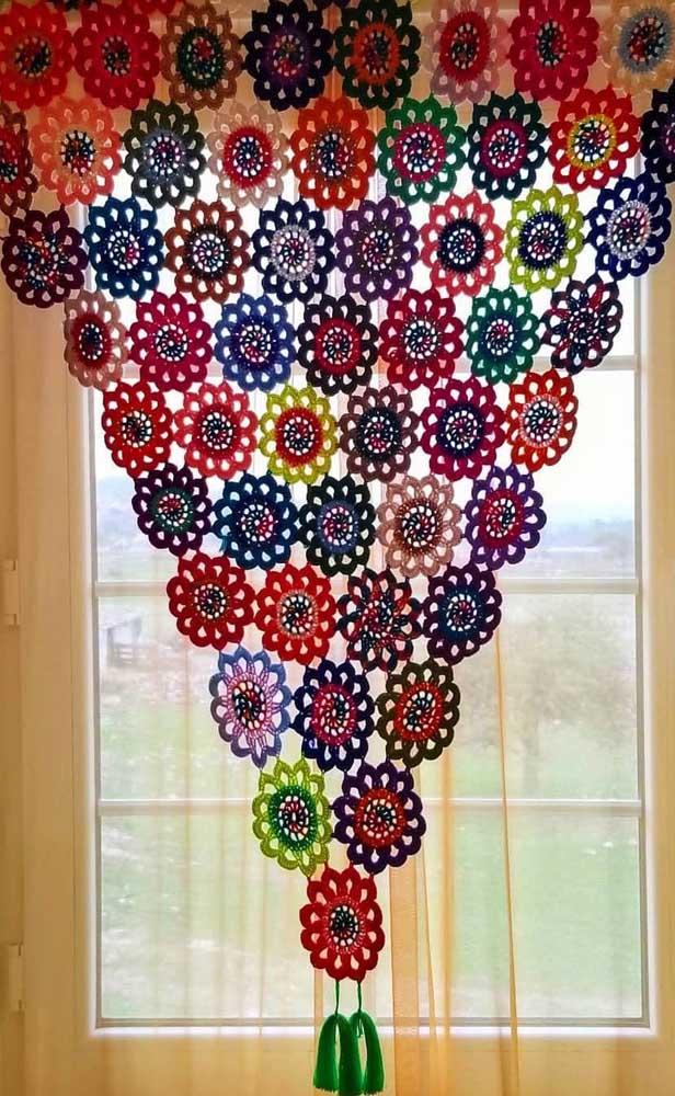 De flor em flor a cortina de crochê vai se formando