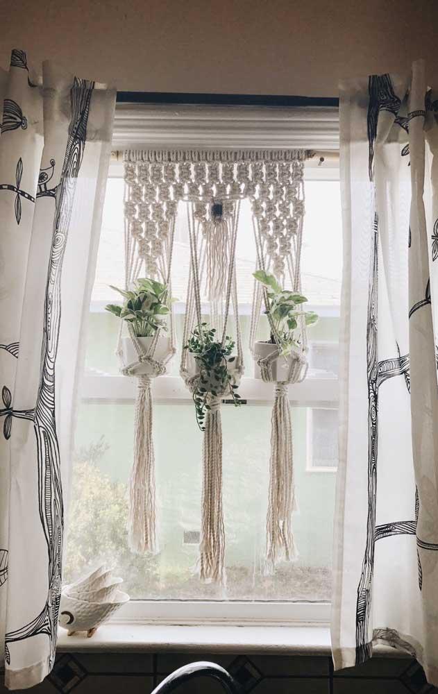 Cortina e suporte para plantas ao mesmo tempo: é muita belezura numa cozinha só!