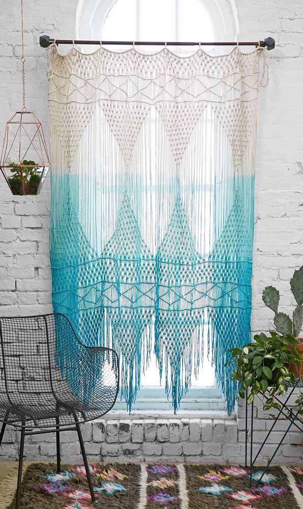 Olha que luxo essa cortina de crochê em tons cru e azul