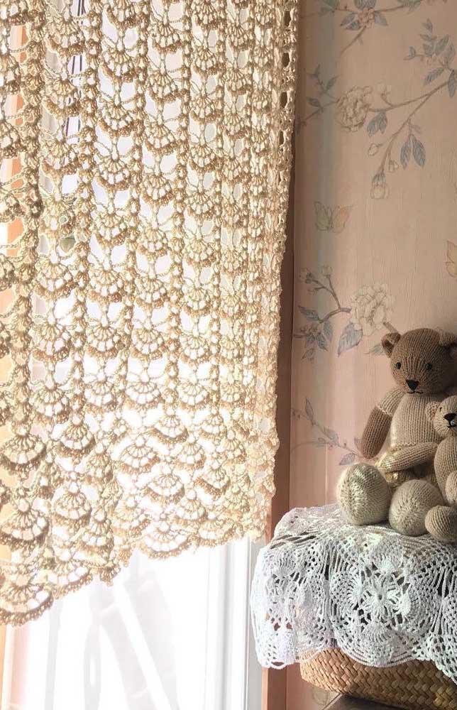 No quarto infantil, a cortina de crochê é um mimo