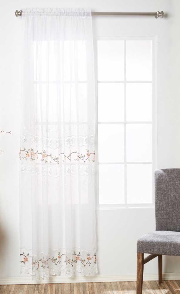 Pura delicadeza essa cortina branca de crochê com detalhes de flores
