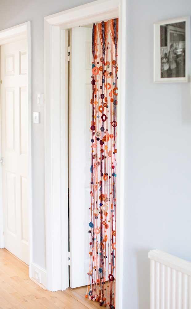 Já essa cortina de crochê toda vazada é perfeita para separar ambientes ou ser usada na porta de algum cômodo