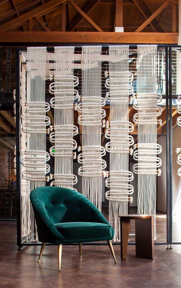 Olha aqui que inspiração linda de cortina de crochê delimitando ambientes; a peça se encaixou muito bem na decoração moderna e elegante