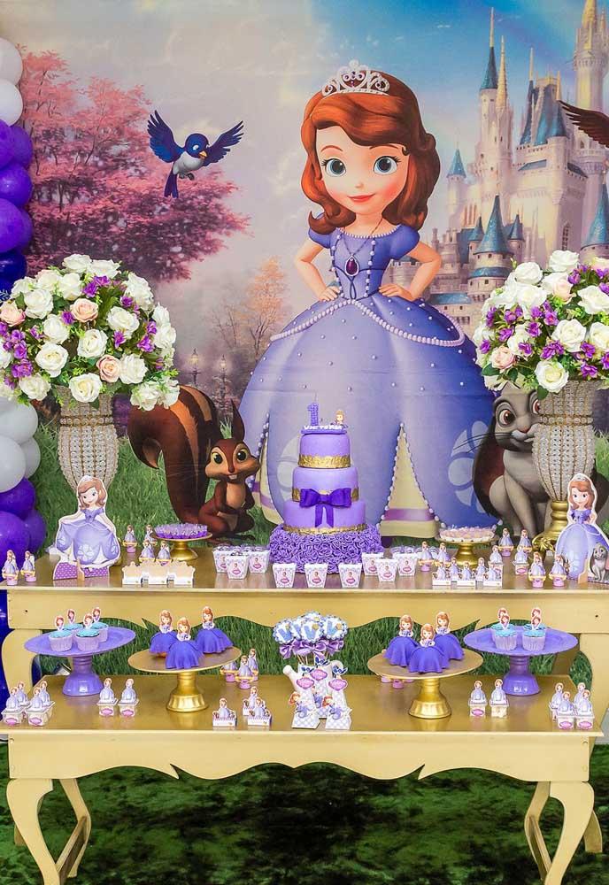 A festa Princesa Sofia pode ser decorada no estilo provençal, com móveis e objetos nesse estilo e belos vasos com arranjos florais.