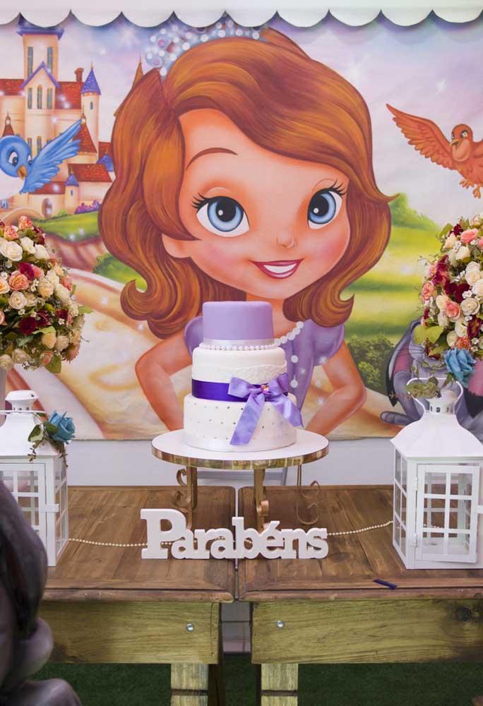 Você também pode seguir um estilo mais rústico, usando mesas de madeira. Para deixar a decoração ainda mais bonita, aposte em um painel com a foto da Princesa Sofia.