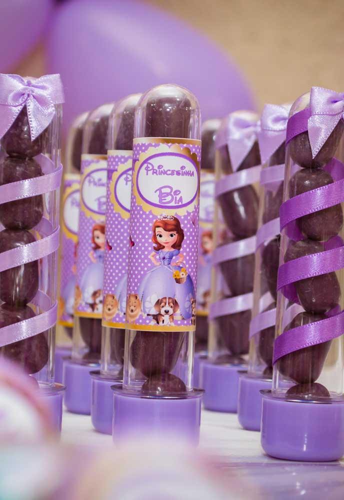 Uma boa ideia para decorar as embalagens das guloseimas é usar adesivos com a Princesa Sofia e fitas com a cor do tema.