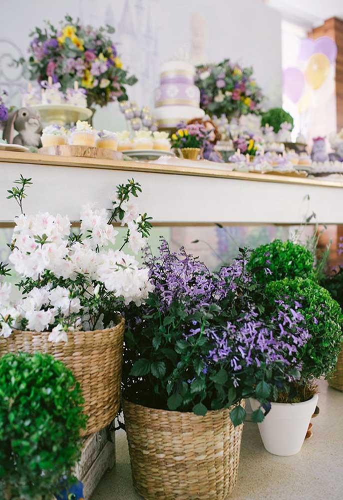 Que tal apostar em uma decoração com vários vasos com arranjos florais? Use diferentes modelos de vasos e diversos tipos de flores.