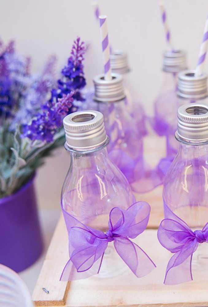 Vai deixar a garrafinha de bebida de fora da decoração? Você não precisa de muito para decorá-la, apenas um tecido fino que você pode passar em volta da garrafa e fazer um laço.