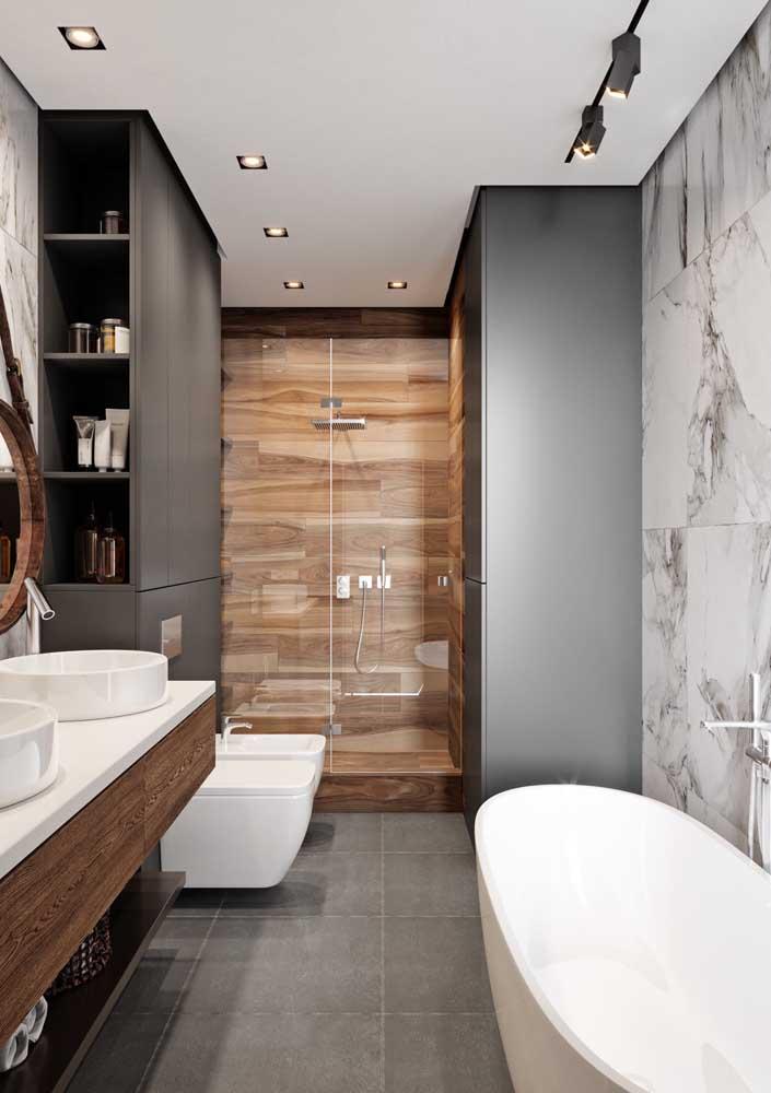 Banheiro de luxo moderno em tons de branco, preto e marrom. Destaque para o revestimento imitando mármore e madeira