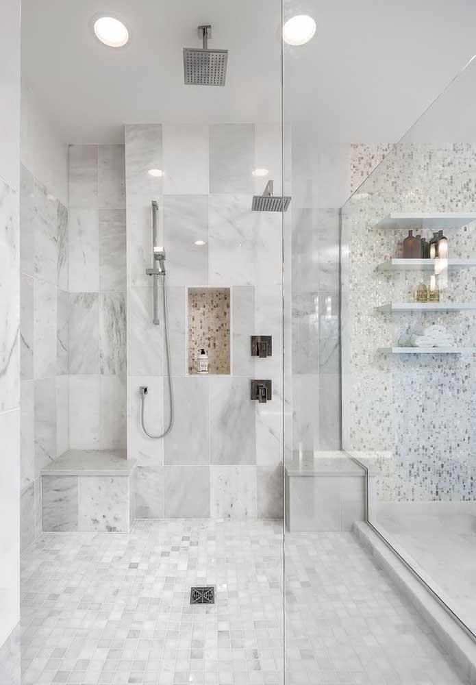 Banheiro de luxo grande com combinação de cores neutras e suaves