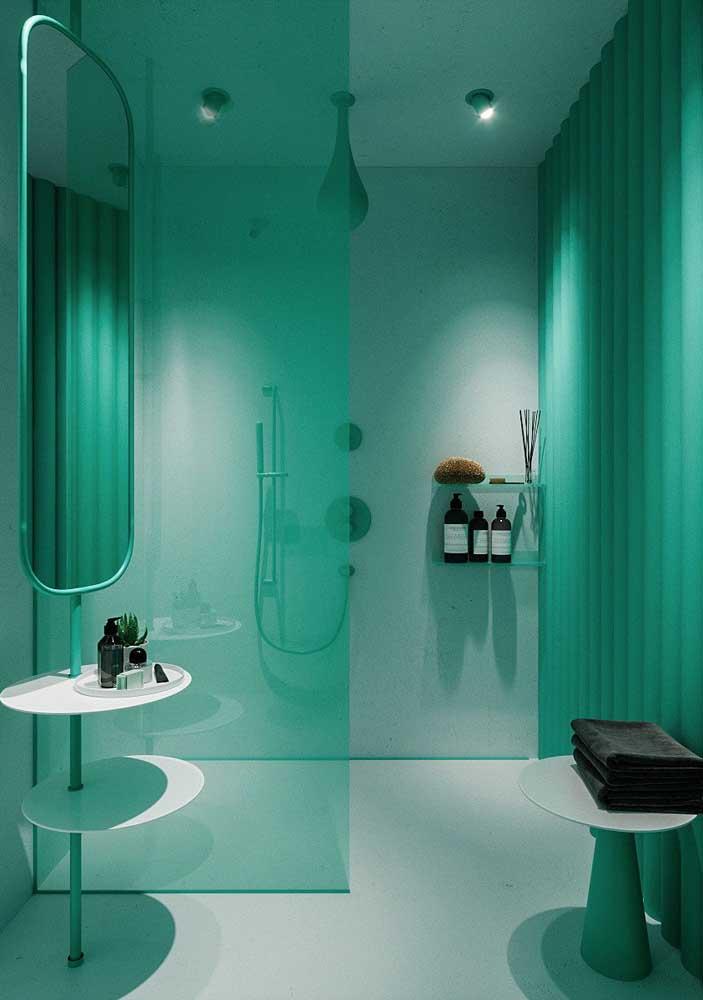O verde reina absoluto nesse banheiro de luxo moderno e ousado