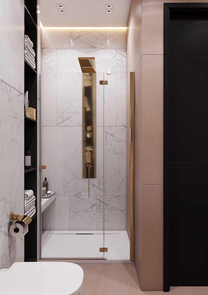 Banheiro de luxo rosa com detalhes em dourado e revestimento de mármore