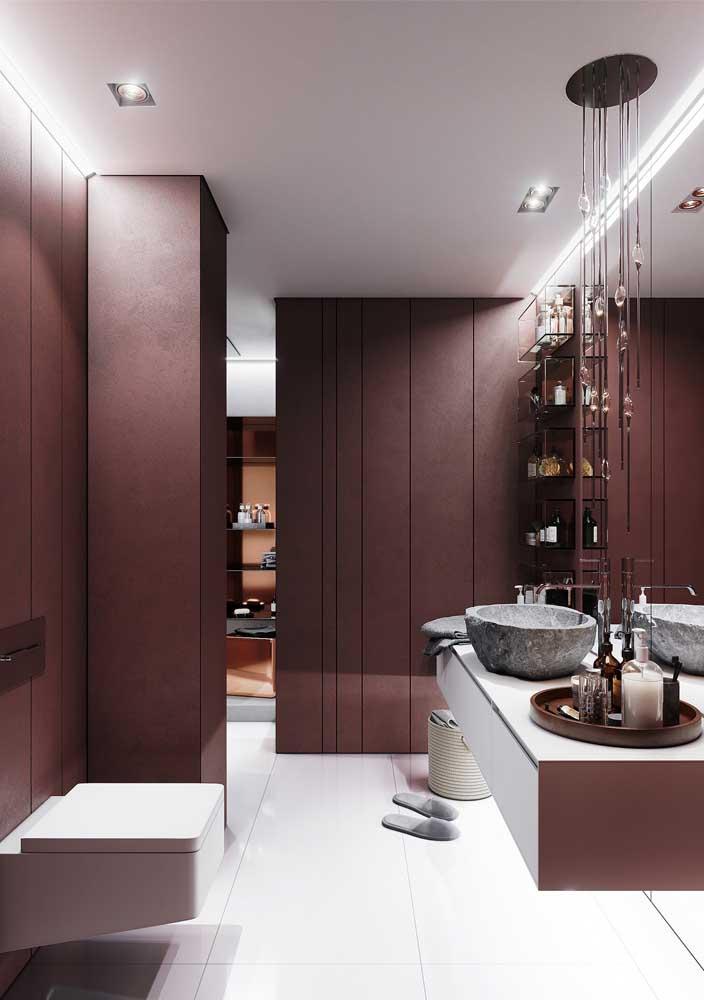 Visto de outro ângulo, o banheiro da imagem anterior se revela ainda mais glamoroso com o projeto especial de iluminação