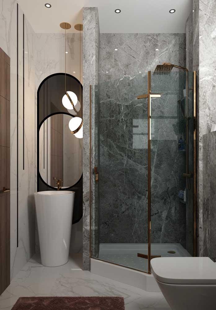 Banheiro de luxo pequeno. O diferencial aqui é a área do banho no canto, formando uma quina