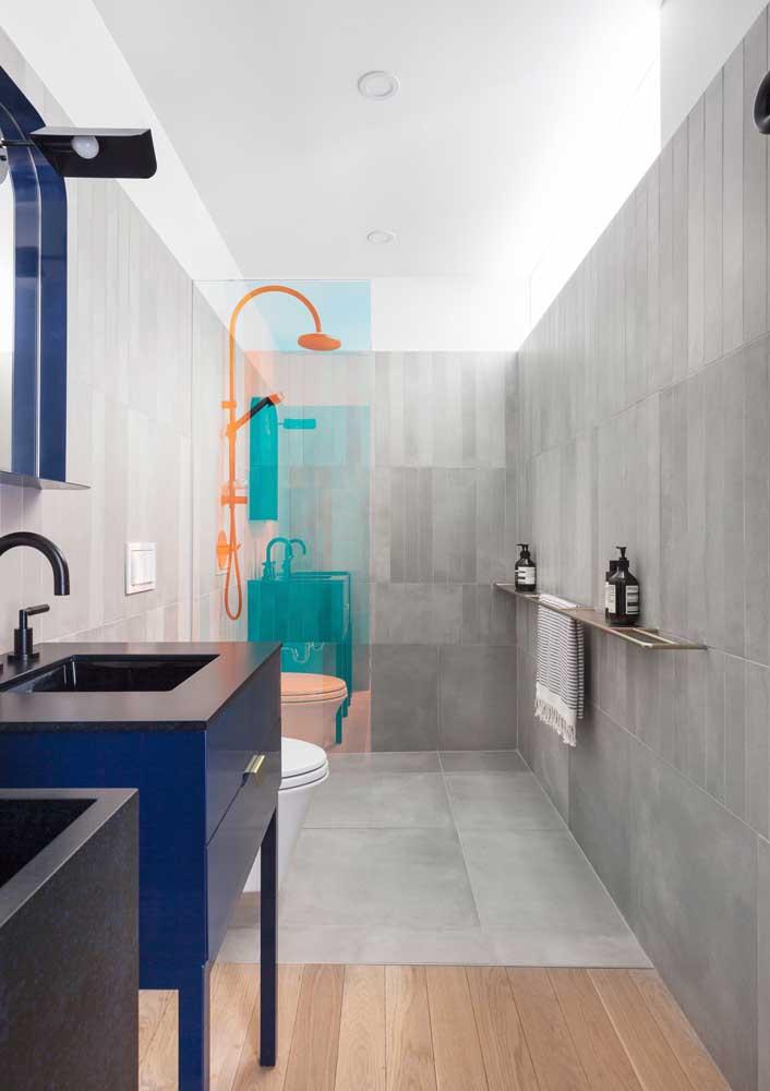Um banheiro ousado, moderno e com toque de luxuosidade