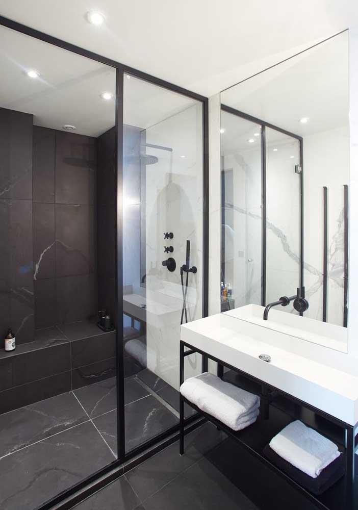 Banheiro moderno e de luxo em tons de preto e branco. Difícil errar com essa combinação!