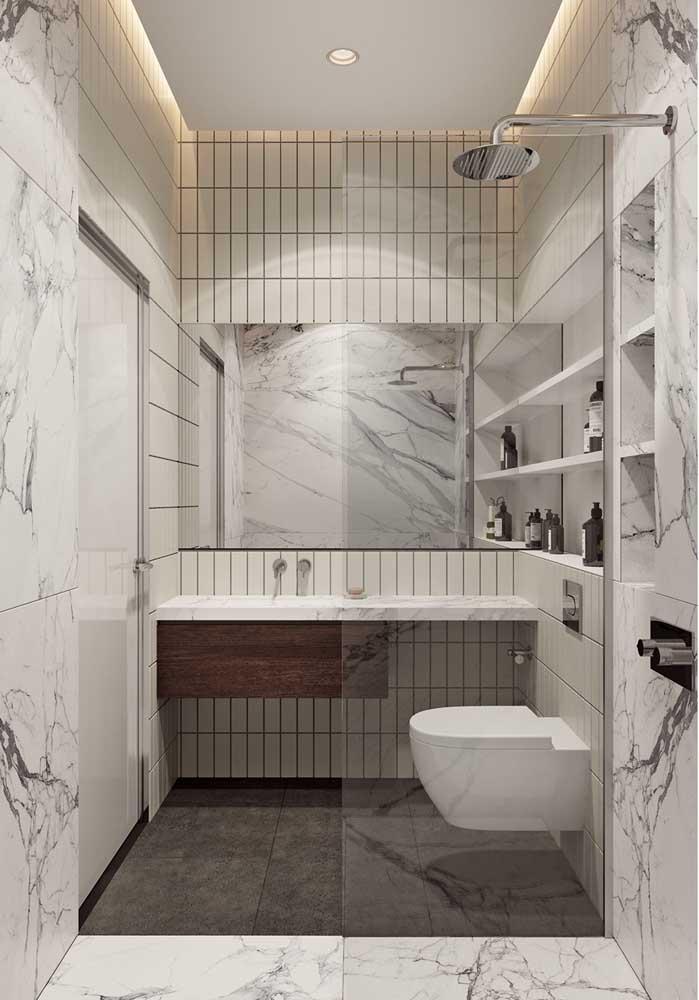 Se a ideia é ter um banheiro de luxo, o mármore não pode ficar de fora. Mesmo se for apenas o efeito marmorizado