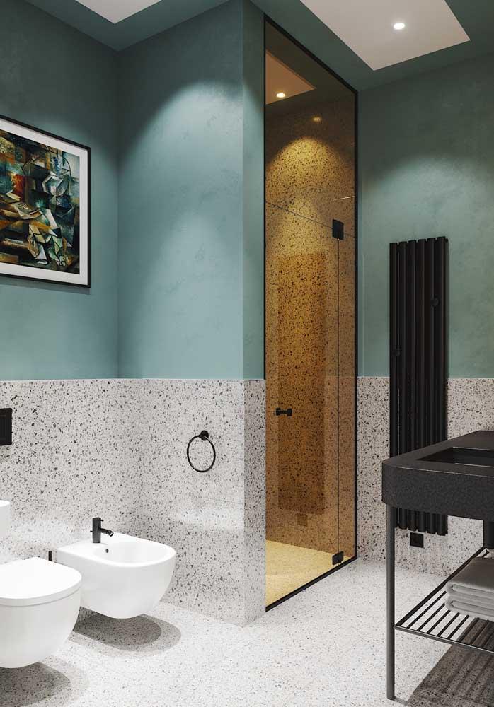 Granilite para um banheiro moderno e luxuoso. Destaque ainda para a porta de vidro colorido que dá acesso ao box
