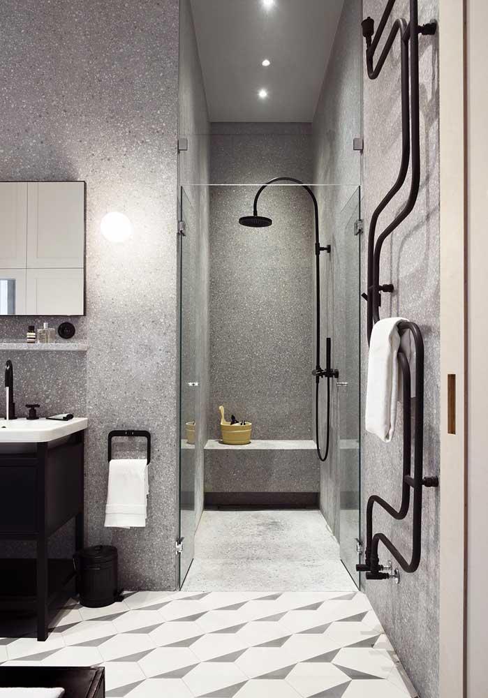 Banheiro de luxo grande em tons de cinza e preto. As áreas bem definidas deixam o espaço ainda mais funcional