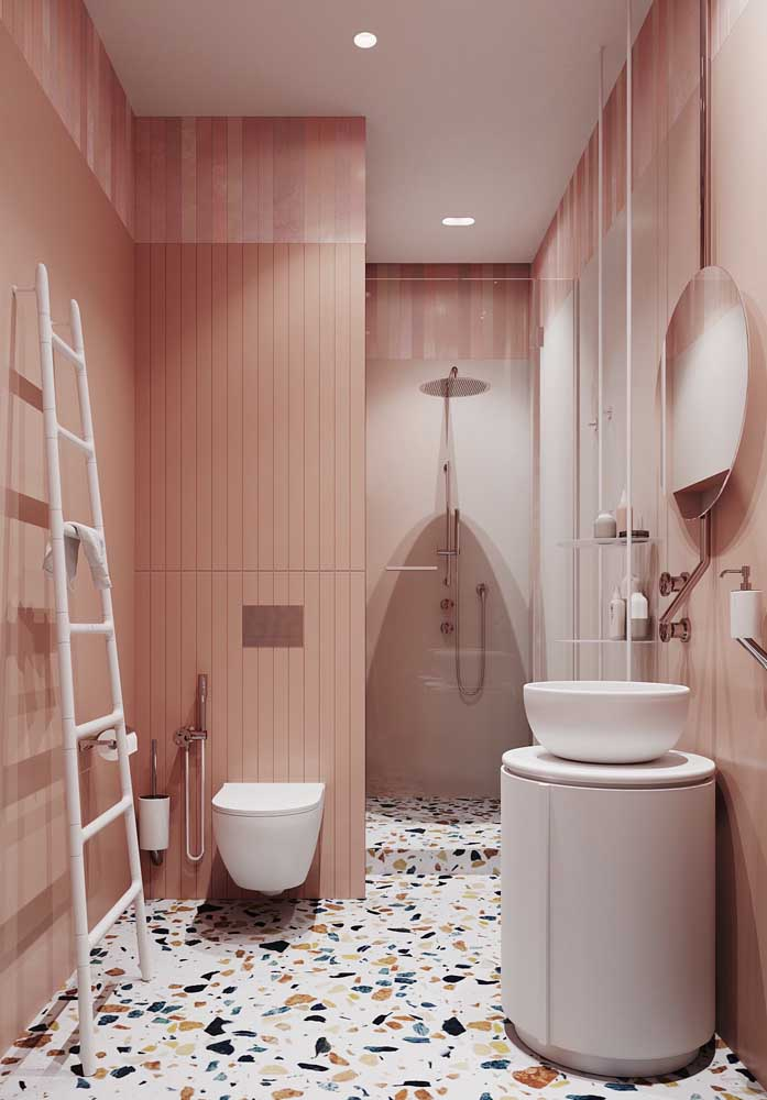 Banheiro de luxo todo cor de rosa com destaque para o piso de granilite, trazendo um toque de descontração ao ambiente