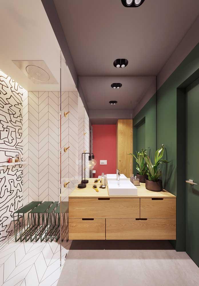 Super moderno, esse banheiro de luxo apostou na combinação de cores fortes e marcantes para se diferenciar