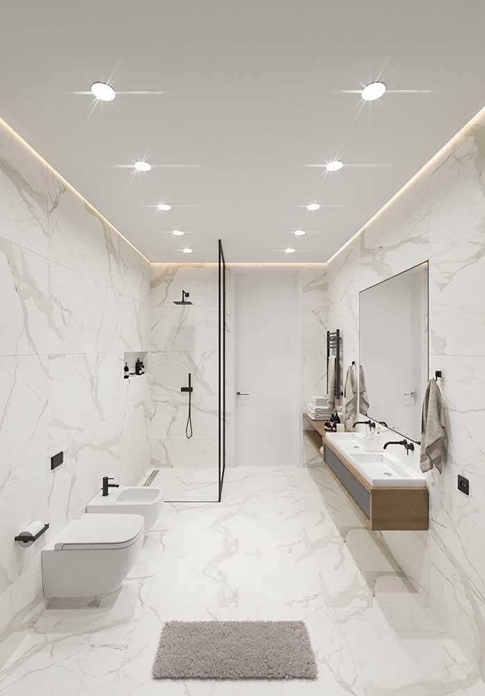Esse banheiro de luxo grande apostou nas cores claras para parecer ainda maior