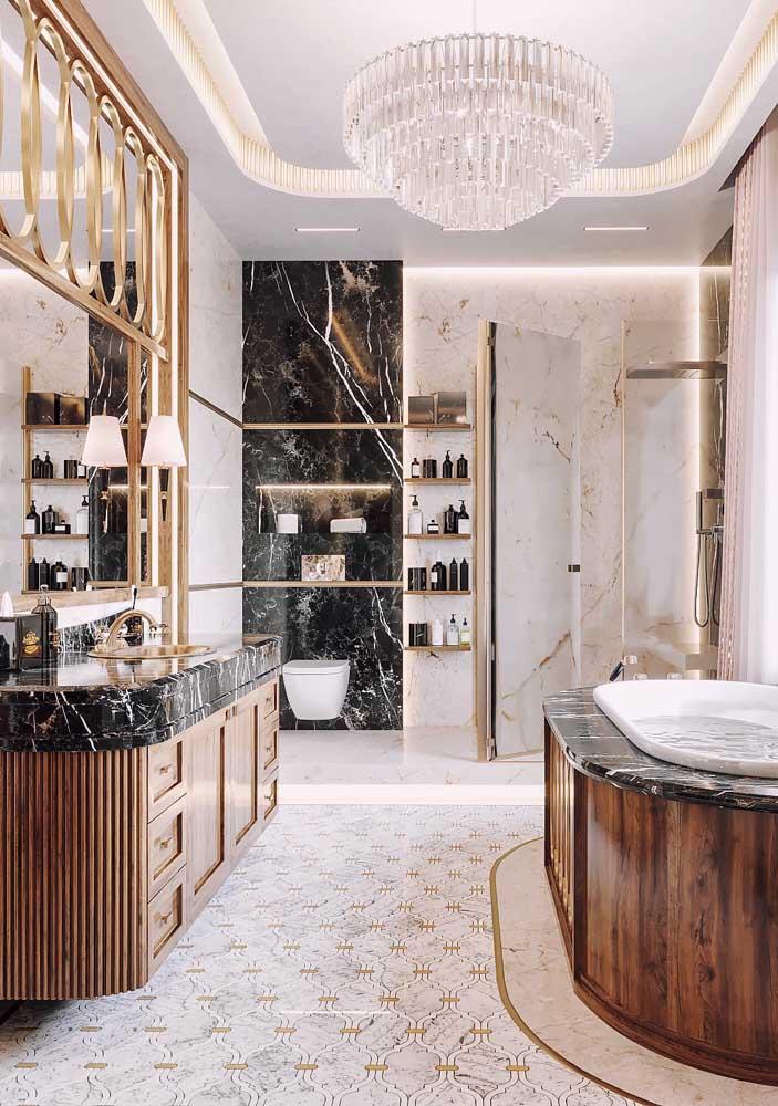 O lustre de cristal é apenas um dos elementos que enquadram esse banheiro na categoria luxo