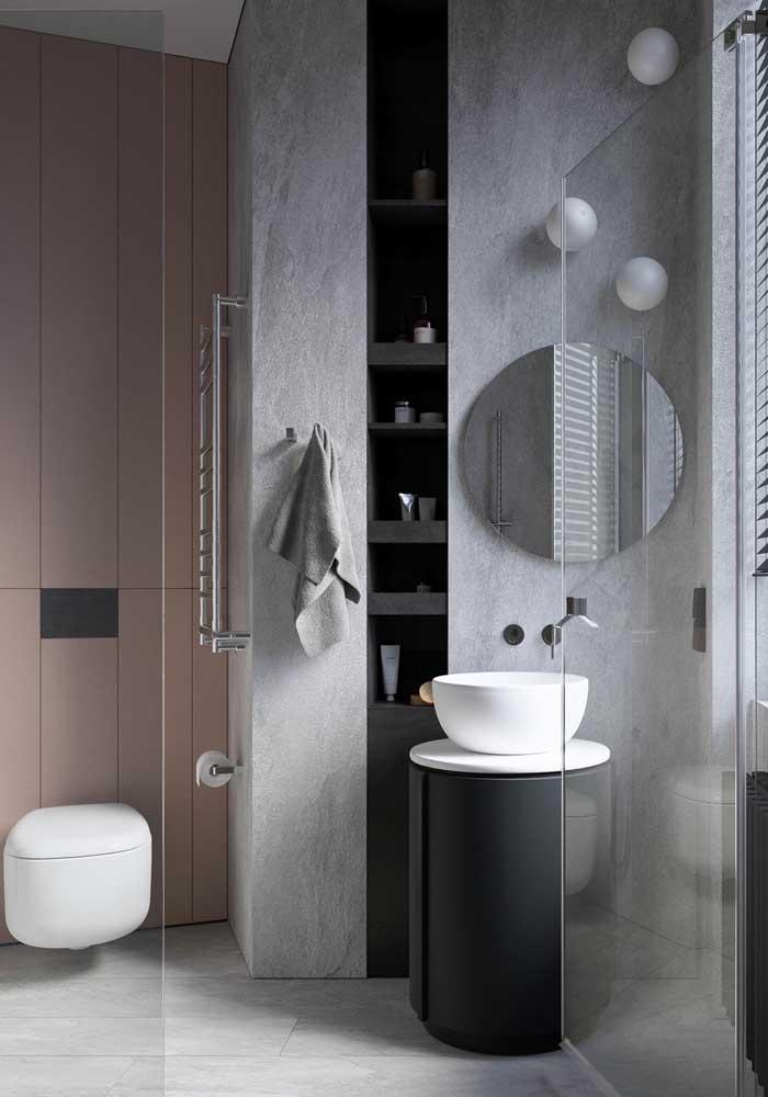 Banheiro de luxo em preto e branco. Mas a parede rosa aos fundos não passa despercebida no projeto