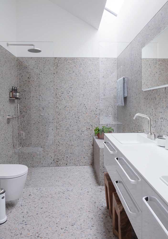 Muita luz natural para deixar esse banheiro de luxo ainda mais bonito e funcional