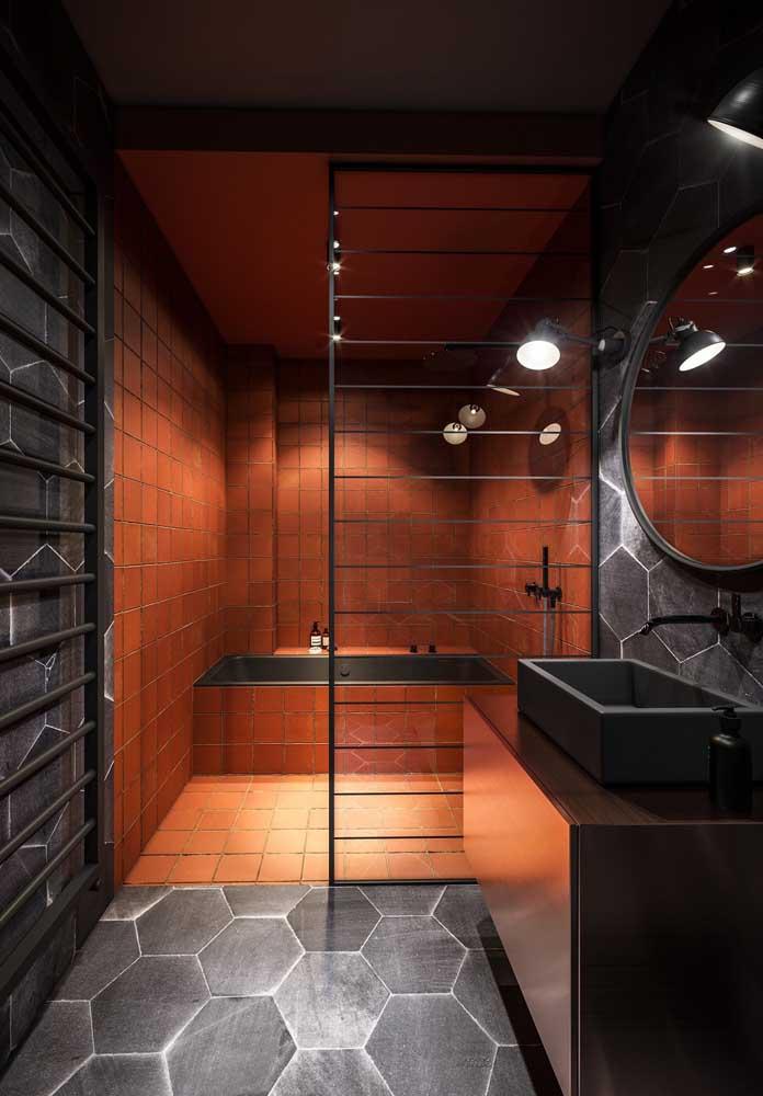 Um pouco de dramaticidade nesse banheiro preto com área de banho vermelha