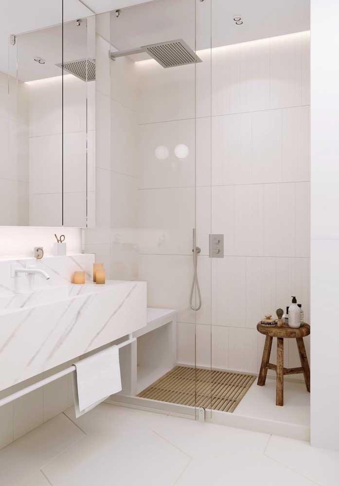 Banheiro de luxo branco e pequeno, afinal, luxuosidade não tem tamanho