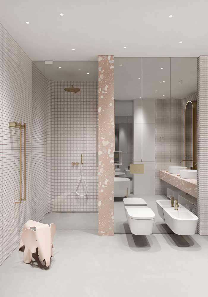 Toque de descontração para esse banheiro de luxo com paredes rosas e banco em formato de elefante