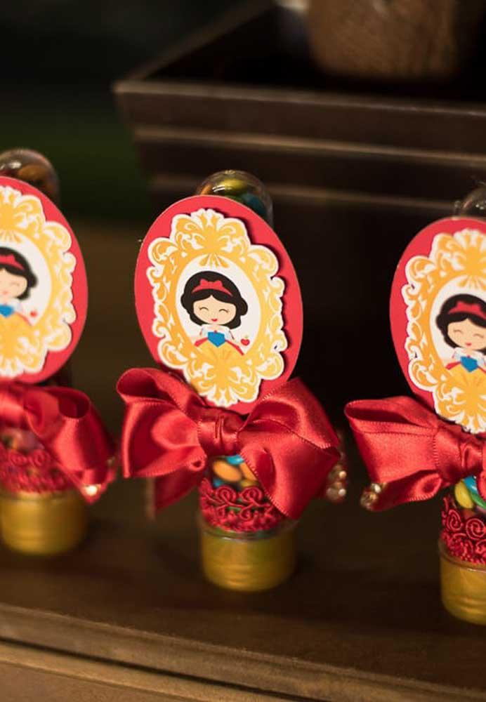 Tubetes da Branca de Neve: confetes de chocolate na cor da personagem preenchem o interior de cada tubo