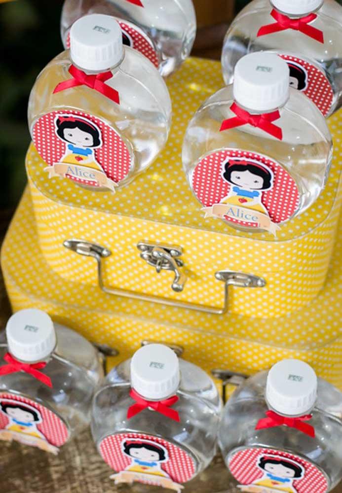 Garrafinhas de água personalizadas com o tema Branca de Neve. Uma opção fácil e barata de lembrancinha