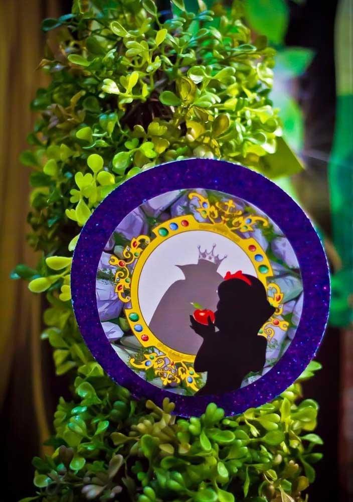 O encontro entre a Branca de Neve e a madrasta pode ser contado na decoração da festa de aniversário