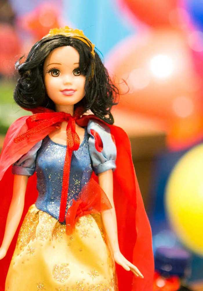 A boneca da Branca de Neve da sua filha pode fazer parte da decoração da festa, o que acha?