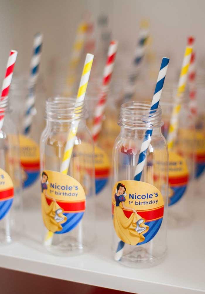 Garrafinhas de vidro personalizadas se transformam em copinhos para os convidados levarem para casa como lembrancinha da festa Branca de Neve