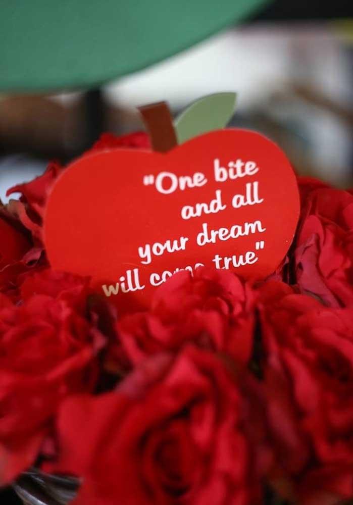 Corações e rosas vermelhas na decoração temática da Branca de Neve