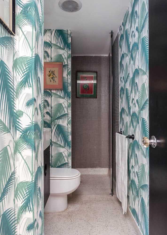 Folhas de palmeiras com diferentes tons de verde água trazem o clima praiano e da natureza para o banheiro.
