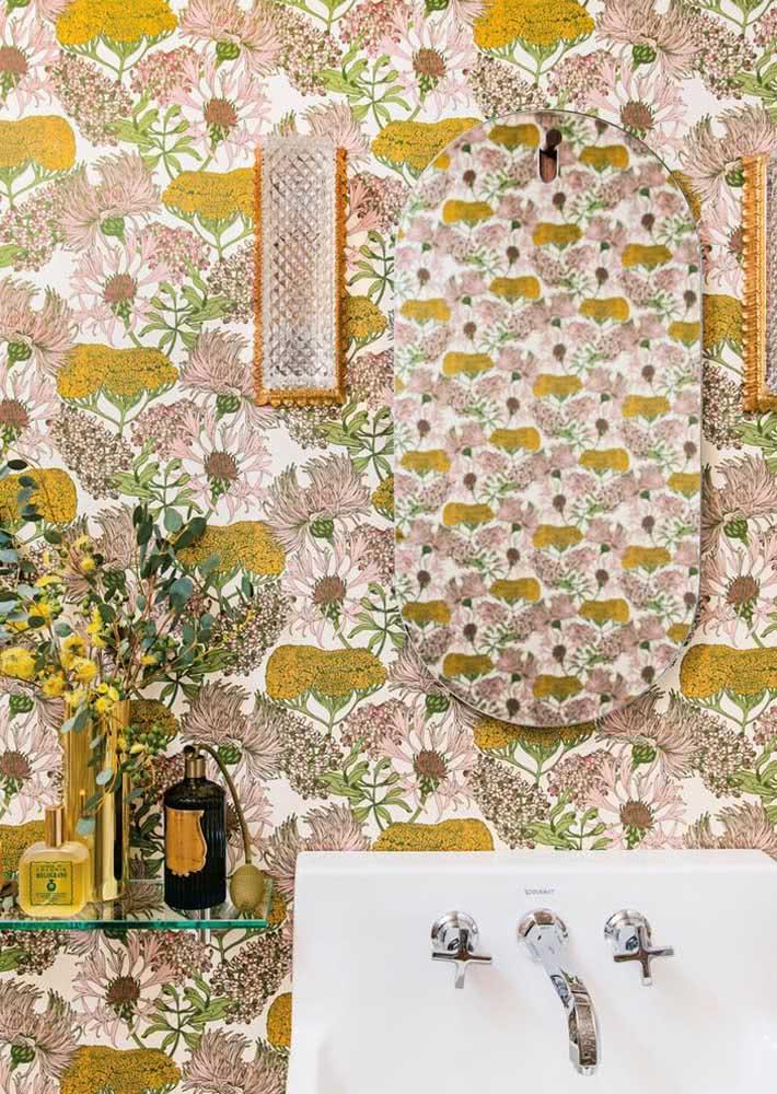 Papel de parede para banheiro todo florido.